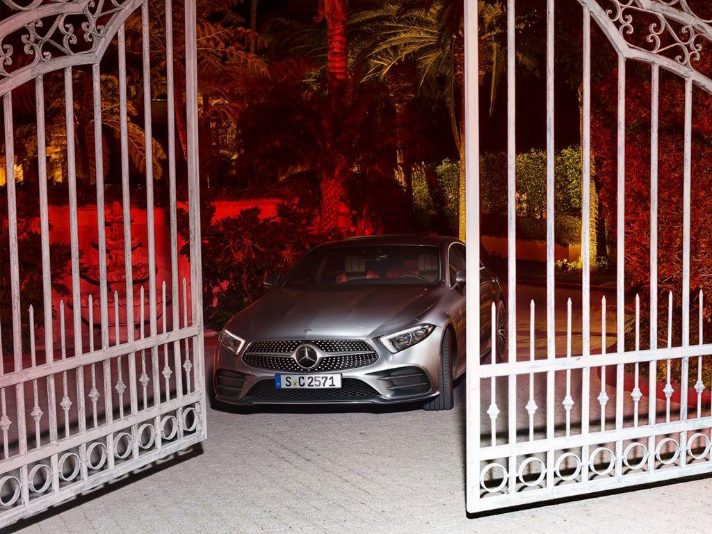 CLS-Coupe driving through opening gates