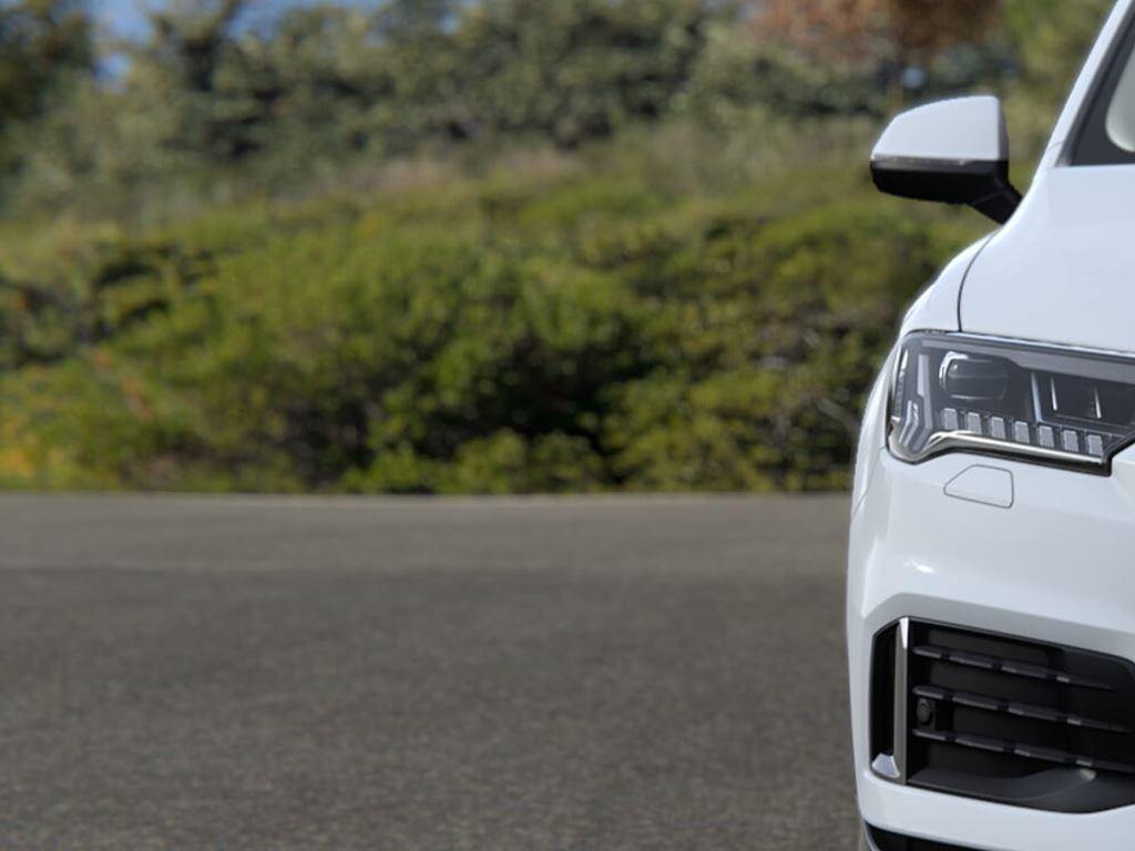 Q7 TFSI e in white front grille and headlights